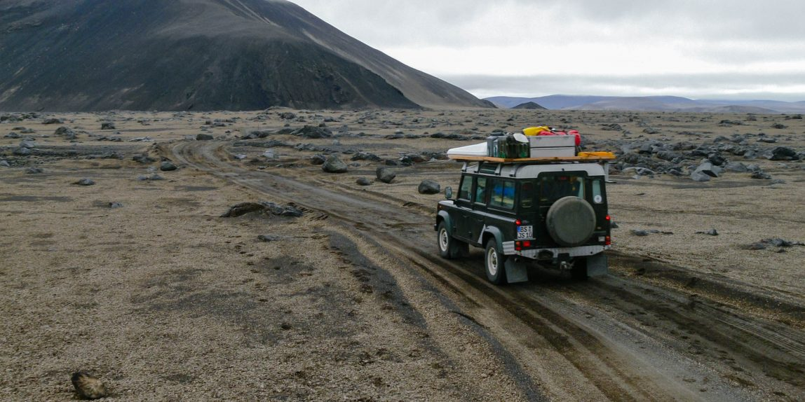 Land Rover Defender im Hochland von Island