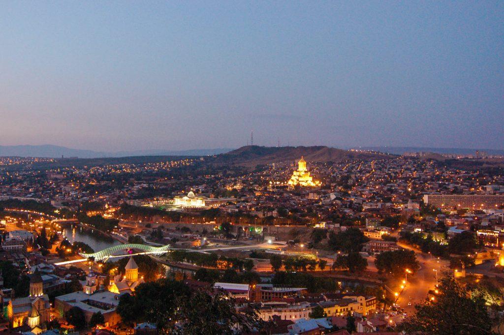 Tbilisi in der Abenddämmerung
