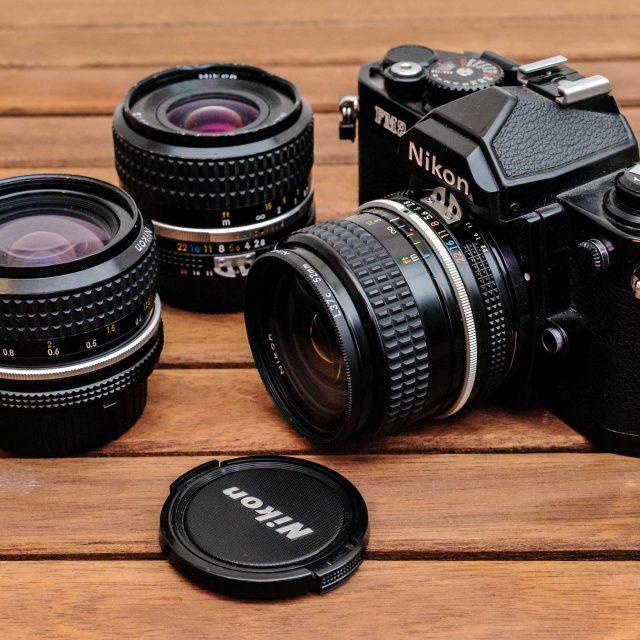 Nikon FM2 mit AI-s Nikkor 24mm f/2.8 sowie AI-s Nikkor 35mm f/2.8 und AI Nikkor 28mm f/2.8