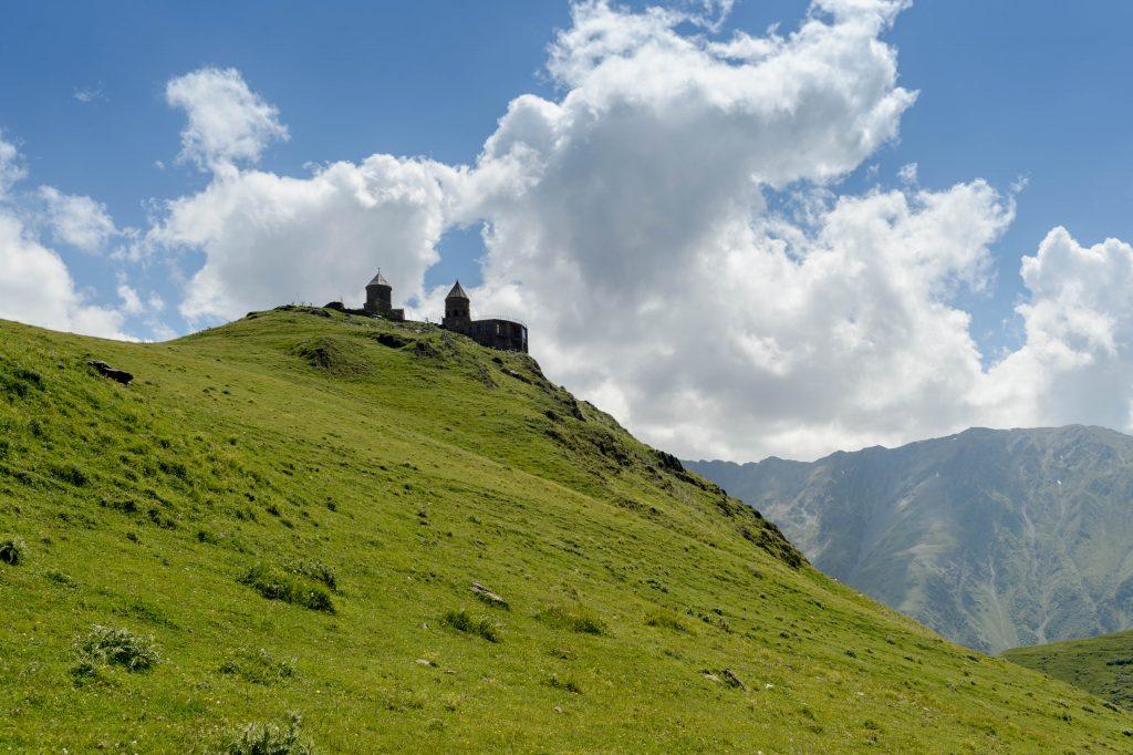 Gergetis Sameba am Fuße des Kazbegi