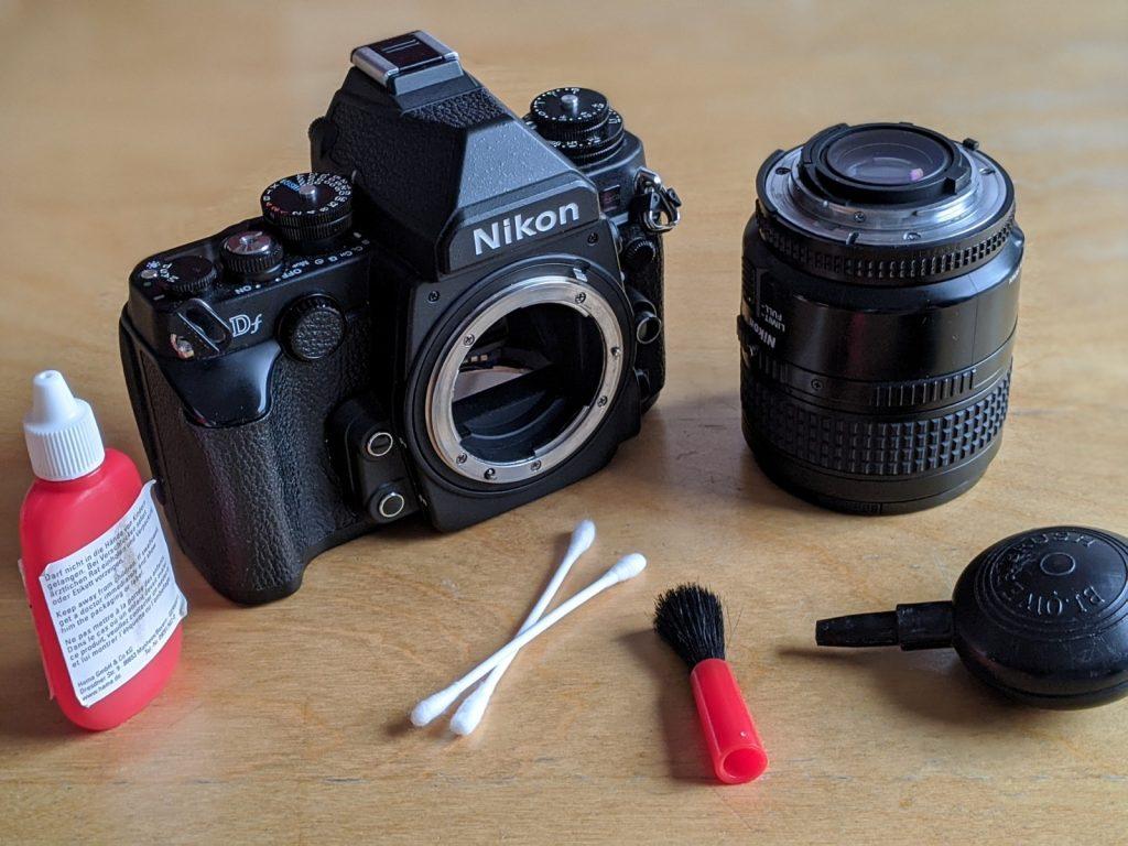 Kamera mit Q-Tipps und Blasebalg reinigen.