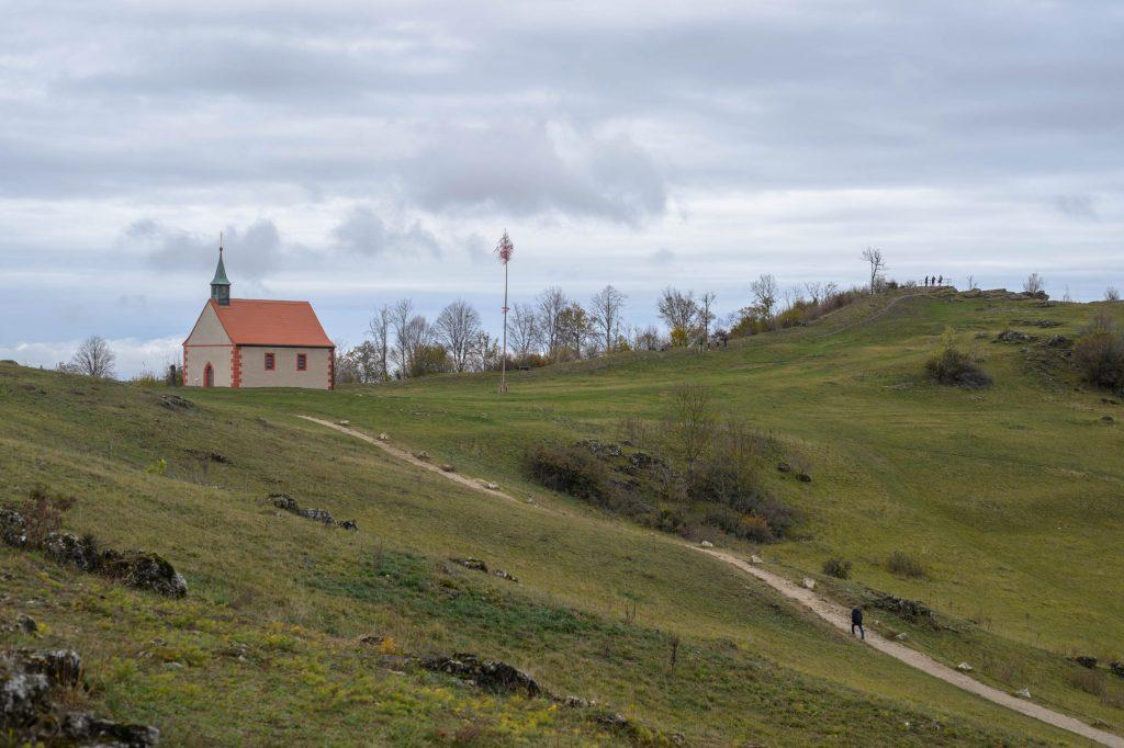 Blick auf die Kapelle auf dem Walberla