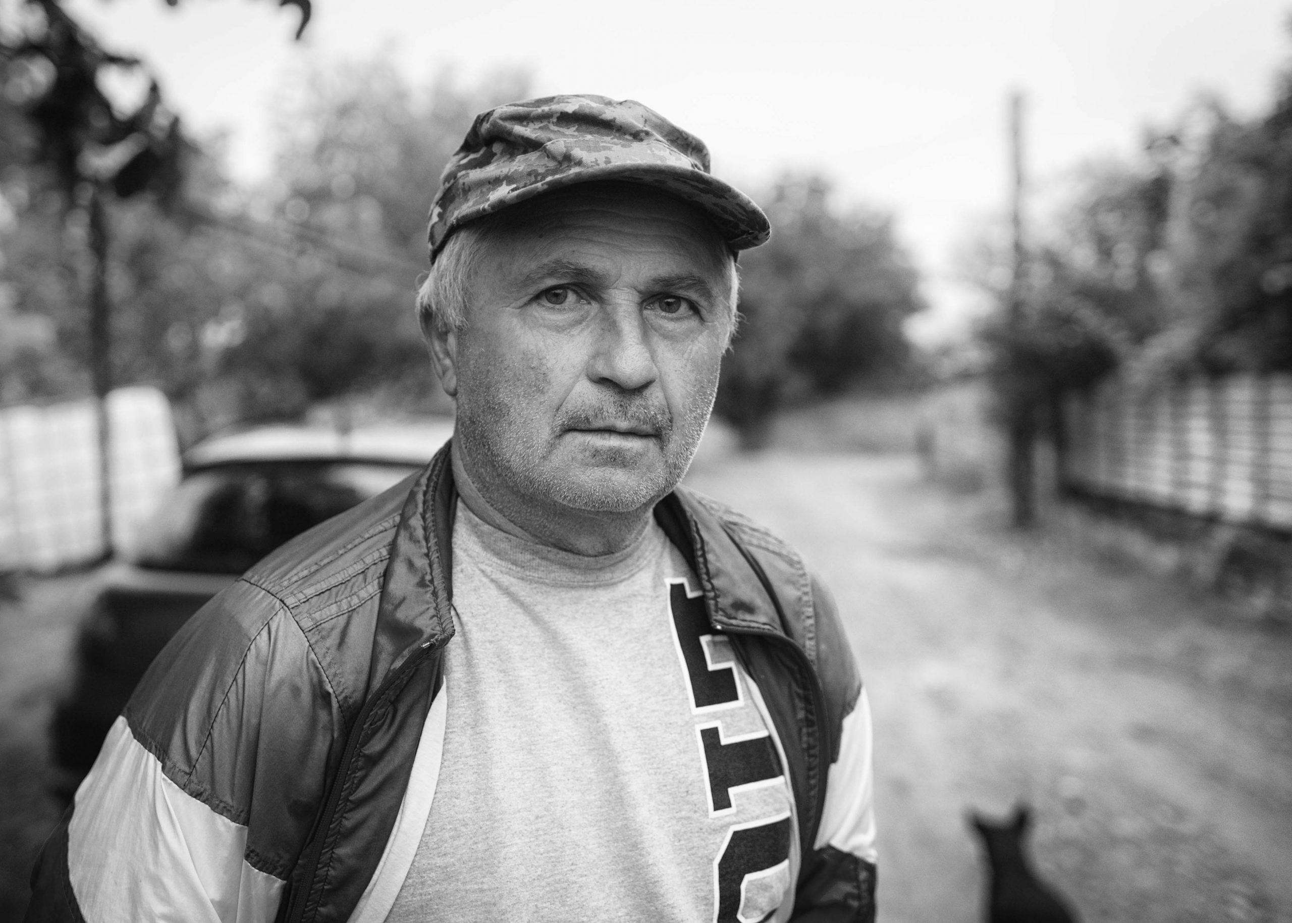 Schwarz-Weiß Portrait auf der Straße. Nikon Df mit Nikon AF-S Nikkor 35mm f/1.8 G ED bei 1/250s, f/2.5, ISO800
